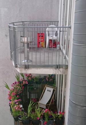 上图:我的公寓阳台(2小伙)。下图:我们邻居的阳台(2女孩)。
