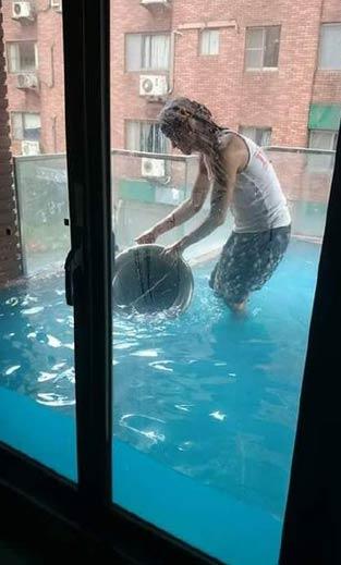 苏迪罗台风过后,密封性好的阳台可以做游泳池了
