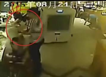 监控拍摄火锅店服务员用热汤浇女顾客全过程画面