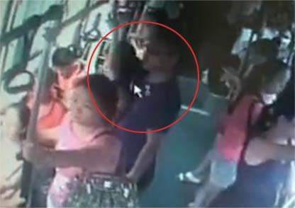 【视频】实拍眼镜男公交连续猥亵4名女子 无人反抗