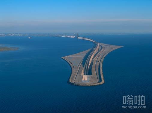 丹麦和瑞典之间的桥梁下降进入海底隧道