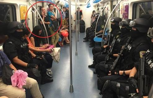 成都地铁好多特警 吓死笨宝宝了