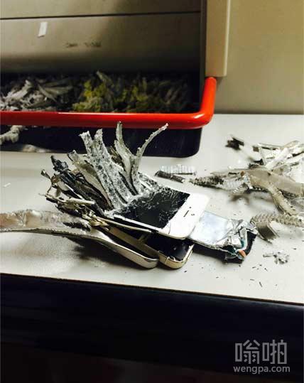 同事的iPhone不小心掉进运行中的碎纸机