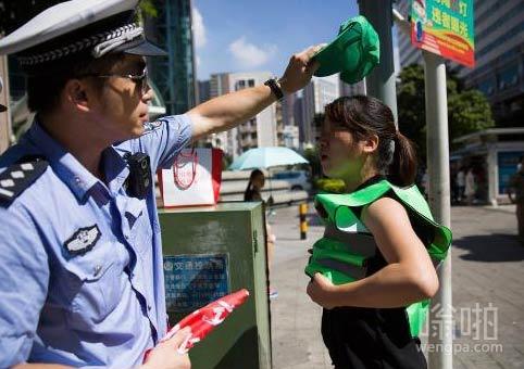 深圳市民闯红灯被罚戴绿帽穿绿衣执勤