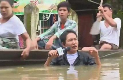 什么叫敬业!缅甸记者被洪水没过脖子播报灾情