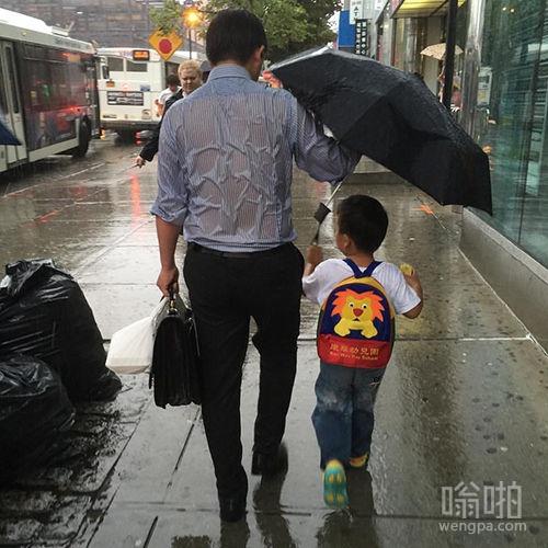 男人左右拎的是事业,背上扛的是风雨,右手撑的是希望