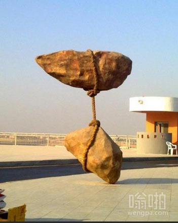 开罗机场的雕塑 看起来像是蔑视物理定律