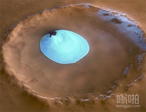 火星的一个陨石坑中间有漂亮的蓝冰