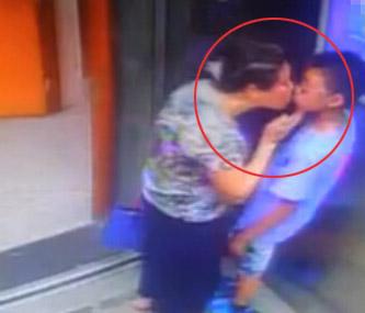 视频监控:少年电梯内遭大妈强吻 不忍直视