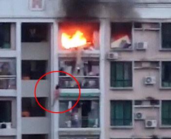 煤气爆炸 女子在8楼坠下(视频截图)