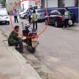 河南警察派出所门口枪指女子:打死你也是白打