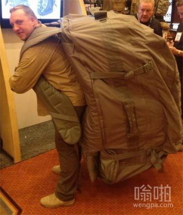 超级大背包 边上的人都傻眼了
