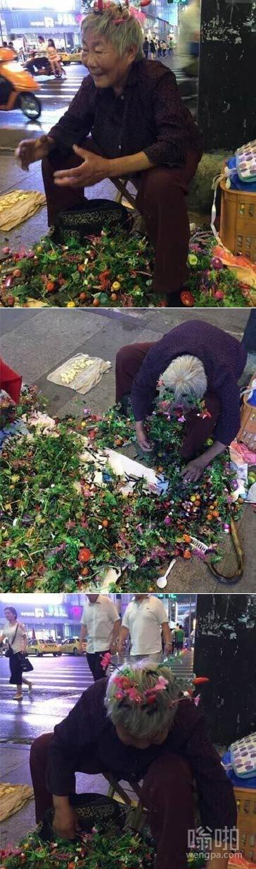 来南京新街口买花喽:78岁老奶奶为卖花满头插花感动网友