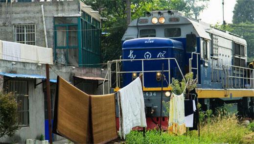 这火车等于从你们家院子里穿过啊