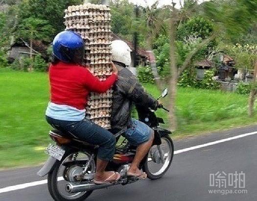 开挂骑摩托送鸡蛋