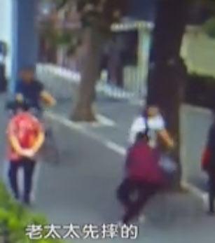 【视频】八旬老太称被骑车女子撞倒 监控视频还原真相