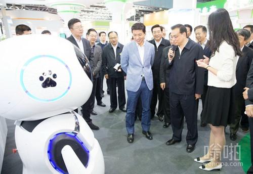 """【视频】百度智能机器人小度巧答总理提问 """"期待""""北京不堵车"""