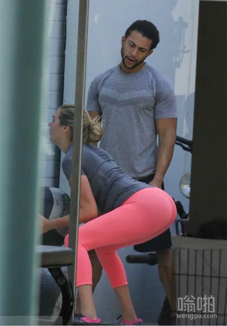 凯特·阿普顿的教练帮助她锻炼身体