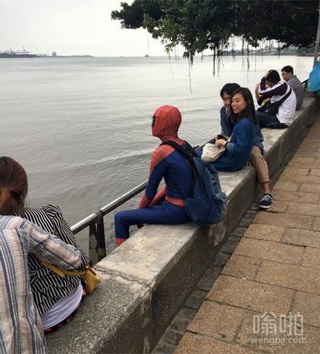 蜘蛛人现身河岸遭众情侣围观 蜘蛛人:我只想静静