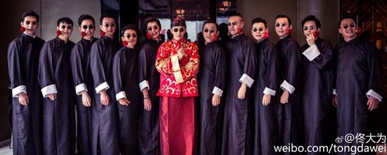 黄晓明Angelababy大婚 明星宾客着黑色长袍嘴叼红玫瑰合影(高清大图)