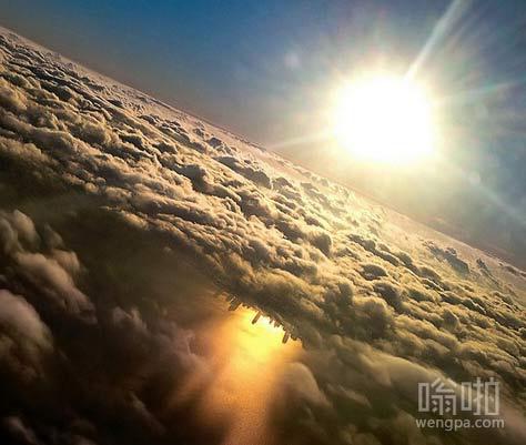发光的云层像一个UFO