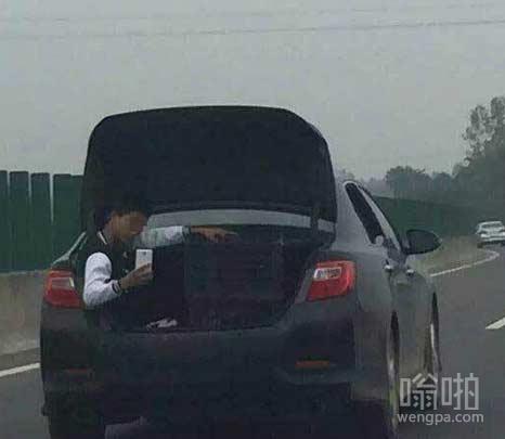 小伙坐飞速行驶轿车后备箱淡定自拍