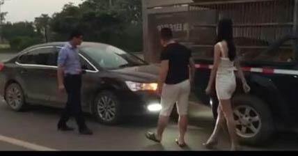 南宁运输老虎皮卡车被追尾 皮卡车主:信不信放老虎咬你!