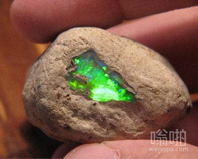 自然栖息地的绿猫眼石看起来像氪石