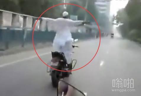 印度牛人街头骑摩托开挂 音乐响起就笑尿了