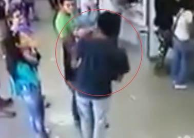 【视频】特工休假银行内遭劫匪持枪抢劫 假意屈服后击毙对方