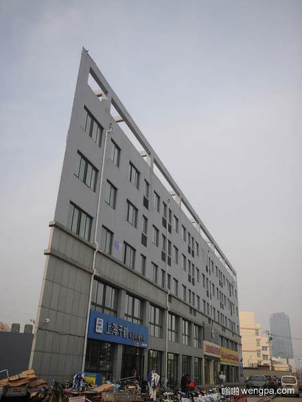 """济南""""纸片楼最窄处仅20厘米 看起来薄如纸片"""
