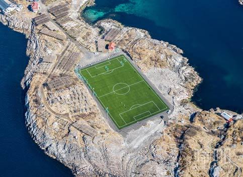 """""""当你一定要踢足球"""" – 看看挪威罗弗敦群岛的足球场"""