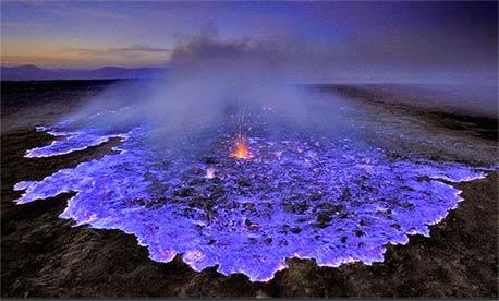 这个火山在印度尼西亚爆发,硫酸气体燃烧,在这样的高温下,有蓝色的熔岩