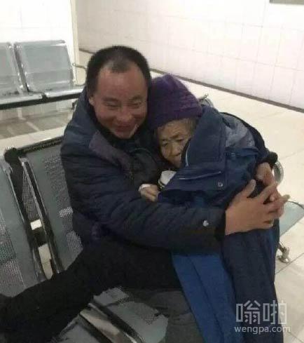 天寒地冻 男子抱母就医 感动无数人