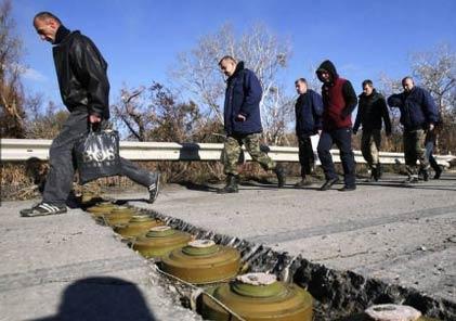 乌克兰人跨越反坦克地雷