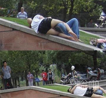 男女公共场所的不雅行为 好风景都让他们毁了