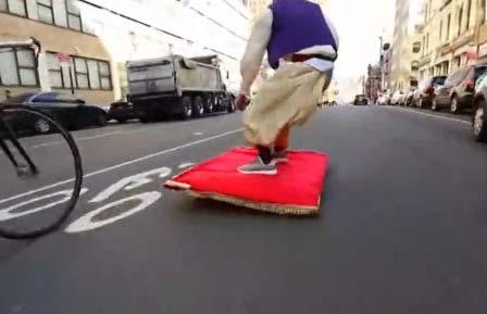 男子打造阿拉丁魔毯在纽约街道狂奔 引路人尖叫