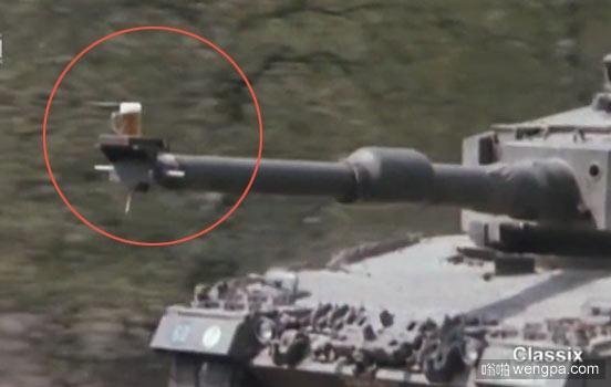 德国坦克兵训练日常 扎啤放置运行中的坦克炮管 安然无恙