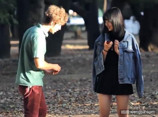 """【恶搞视频】男子不懂日语 街头随机对女孩下跪""""求婚""""  装怪癖大叔向他伸出了橄榄枝"""