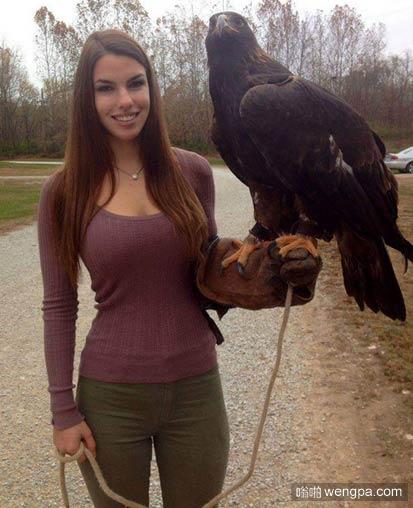 好身材美女练猎鹰 在加拿大,我们有一些很好的猎鹰