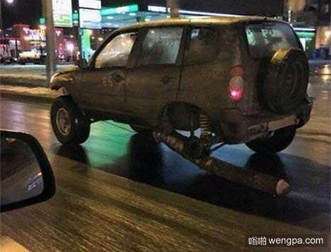 俄罗斯男子用木头当车轮狂奔百公里