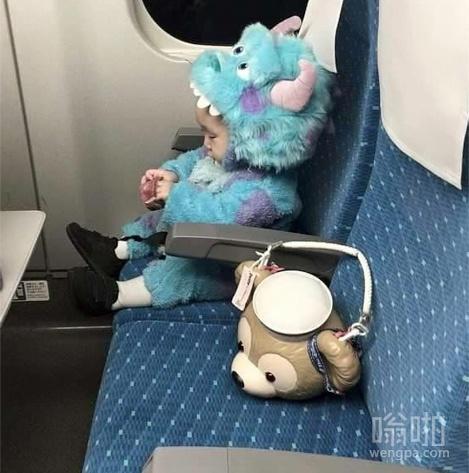 高铁上一个可爱的孩子