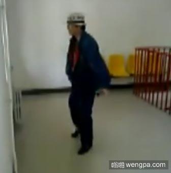 【视频】保洁大爷迈克杰克逊  保洁大爷模仿迈克杰克逊舞步走红