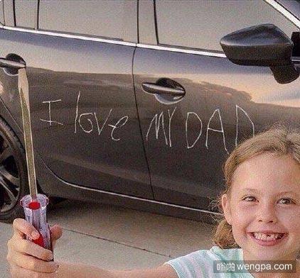某歪国网友的女儿惹他生气了,妻子教育女儿说,去做点什么让你爸爸开心起来。。。于是女儿照做了。。