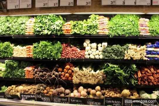 欧洲国家超市的蔬菜货架