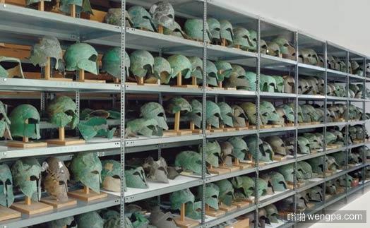 希腊奥林匹亚博物馆一个储藏室中古代头盔