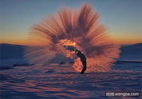 在北极撒一杯热咖啡 就冰冻成这样了