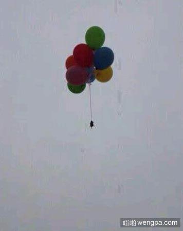 舍友昨天抓了只耗子,花2块钱买了气球把它送上西天