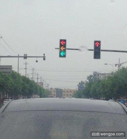 这红绿灯让司机大哥犯难了