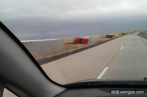 货车被风吹倒?这得是多大的风